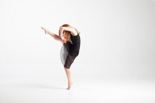 ダンス ダンサー ポーズ 体勢 姿勢 体位 ステップ 踊る 踊り 運動 スポーツ 振り付け 振付 振り 女性 女 外国人 若い 全身 バレエ バレリーナ 足 脚 片足 片足立ち つま先 つま先立ち 上げる 横向き 背景 白 ホワイト mdff128