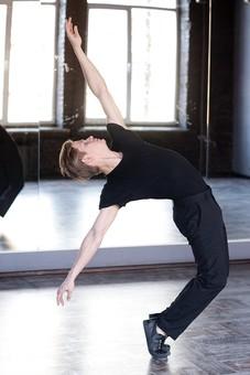 ダンス ダンサー ポーズ 体勢 姿勢 体位 ステップ 踊る 踊り 運動 スポーツ 振り付け 振付 振り 男性 男 外国人 全身 反る 反らす 弓なり アーチ 湾曲 カーブ 両手 広げる 伸ばす 脚 膝 曲げる つま先立ち 横顔 上を向く mdfm074