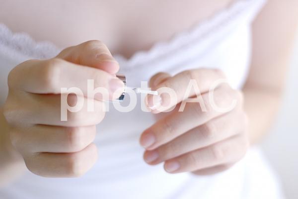 ネイルをする女性の写真