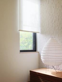 窓辺 インテリア 新緑 木漏れ日 人形 部屋 家 シンプル house room ルーム ナチュラル カフェ風 まど 木 葉 はっぱ 葉っぱ ピクチャーウインドウ 和 和風 ちょうちん 提灯 照明 電気 電機 電器 ロールスクリーン カーテン 窓 家具 棚 タイル