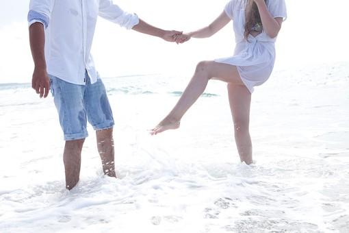 外国人カップル 人物 2人 男性 女性 男女 自然 風景 リゾート アウトドア 海 空 白 波 海辺 海岸 砂 砂浜 ビーチ 水平線 波打ち際 水 金髪 ロングヘア ウエーブ 水着 シャツ 腕まくり 裸足 素足 デート 休日 旅行 幸せ 幸福 楽しい ハッピー はしゃぐ 濡れる 水をかける 遊ぶ ふざける 足 下半身 海外 外国