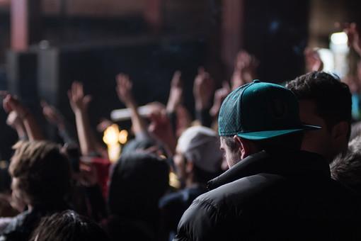 クラブ ライブ LIVE コンサート DJ 演奏会 音楽会 リサイタル ナイトクラブ キャバレー フロアショー 講話 講義 演説 観客 観衆 見物人 観覧者 聴衆 オーディエンス ギャラリー 立ち見客 客 お客さん 会場 入館者 バンド 音楽 楽器 楽曲 ミュージック 歌 曲 唄 歌唱 ステージ 音響 サウンド 公演 人 歓声 ライト 照明 手 男性 男 複数 複数人