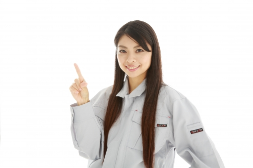 人物 日本人 女性 女の子 20代  モデル かわいい 美人 ロングヘア 作業服  作業着 スタジオ撮影 白バック 白背景 仕事  技術職 ガテン系 作業員 指差し 指さす ポイント 案内 説明 アドバイス ガイド 注目 上 笑顔 白バック mdjf019