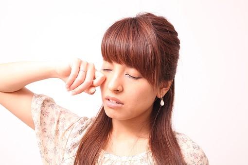 人 人間 人物 人物写真 ポートレート ポートレイト 女性 女 女の人 若い女性 女子 レディー 日本人 茶髪 ブラウンヘア セミロングヘア  白色 白背景 白バック ホワイトバック  手 指 ポーズ 手のポーズ  肘を曲げる  装身具 ピアス アクセサリー こする 目をこする 眠い 眠たげ 眠たい 歯 mdfj012