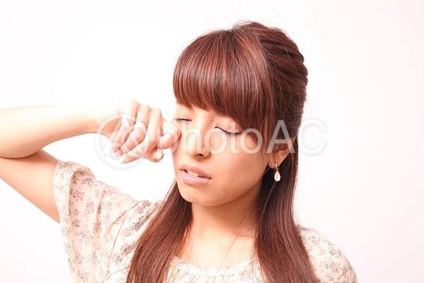 目をこする女性2の写真