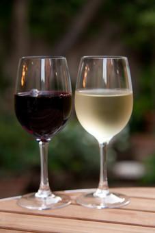 赤ワインと白ワインの写真