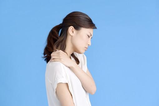 女性 ポーズ 人物 30代 日本人 黒髪 爽やか カジュアル 屋内 横向き ブルーバック 青背景 半そで 白  片手 左手 上半身 痛い 肩 手を当てる 我慢 肩こり 叩く 痛み 首 曲げる 疲労 疲れる 目 瞑る 激痛 横顔 mdjf013