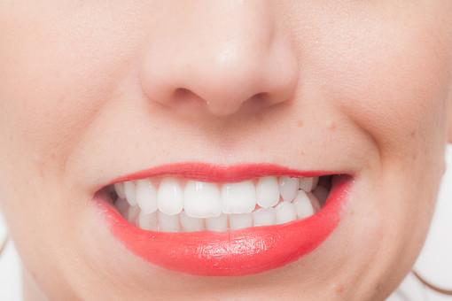 人物 女性 外国人 外国人女性 外人 外人女性 白人 白人女性 顔 かお カオ フェイス パーツ ボディーパーツ 部分 アップ 接写 フェイスパーツ 化粧 メイク 美容 素肌 基礎化粧 口 口元 歯 歯医者 ホワイトニング 歯科 歯並び 鼻 口紅 リップ 歯科医院