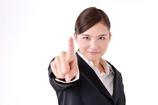 人物 日本人 女性 若い 若者  20代 スーツ 就職活動 就活 就活生  社会人 OL ビジネス 新社会人 新入社員  フレッシュマン 面接 真面目 清楚 屋内  白バック 白背景 上半身 指差し 指さす 前方 指名 指摘 注意 叱る ビジネスマン mdjf007