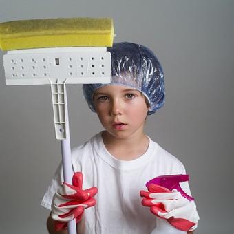 外国人 外人 白人 男性 男 男の子 子供 子ども 幼児 パーマ 天然 幼稚園 小学生 シャワーキャップ 被る 白 シャツ Tシャツ ゴム手袋 手袋 大きい 洗剤 容器 汚れ 落とす 持つ 掃除 綺麗 大掃除 窓 風呂 スポンジ 水はけ 一石二鳥 掃除用具 mdmk011