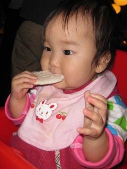 おやつ お菓子 塩せんべい せんべい 女の子 女 女子 女児 幼児 赤ちゃん あかちゃん よだれかけ ヨダレかけ baby ベビー ベイビー 子供 子ども 1歳 1才 赤ちゃんせんべい 子どもイス イス 椅子 食べる ガール girl 手 食事 離乳食