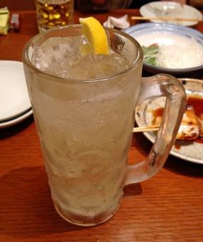 ハイボール 飲み屋 居酒屋 飲食店 酒場 食事処 飲み物 ドリンク お酒 酒 アルコール テーブル 檸檬 レモン れもん ロック ウイスキー 憩いの場所 グルメ 氷