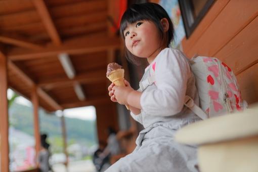 アイスを食べる女の子7 旅行中の休憩の写真