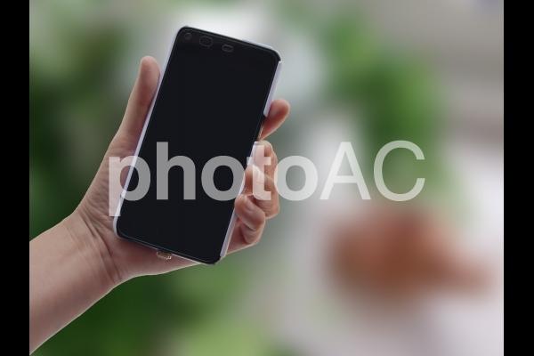 スマートフォンを持つ 1の写真