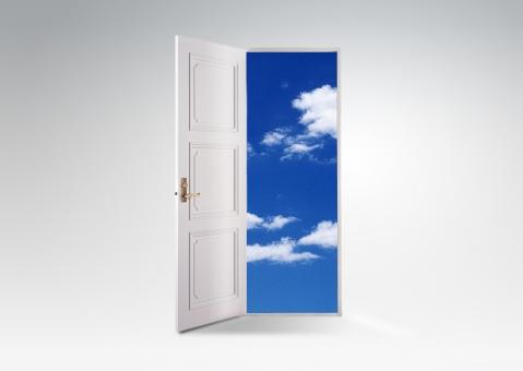 ドアの向こうの空_横ver(白バック)の写真