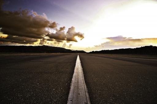 フィリピン 海外 外国 異国 バタネス州 バタン島 バスコ 空港 滑走路 道路 道 ロード 地面 続く ライン 直線 白線 まっすぐ 伸びる 空 雲 山 緑 自然 景色 風景 休日 休暇 余暇 旅行 観光