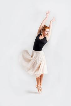 ダンス ダンサー ポーズ 体勢 姿勢 体位 ステップ 踊る 踊り 運動 スポーツ 振り付け 振付 振り 女性 女 外国人 若い 全身 バレエ バレリーナ 手 腕 上げる 横顔 足 脚 つま先 つま先立ち 背景 白 ホワイト mdff128