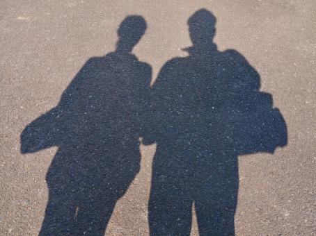 影 カップル 夫婦 手つなぎ あたたかい あったかい ラブラブ ラヴラヴ よりそう 寄り添う 寄りそう 手をつなぐ つなぐ つながる つながり 絆 キズナ きずな きづな キヅナ カップルの影 2人 ふたり 二人 シャドウ シャドー