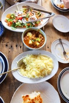 食卓風景 食卓 食事 ナン なん ライス インディカ米 サラダ さらだ 野菜 机 ダイニングテーブル インドカレー カトラリー 取り皿 食事風景 カレー