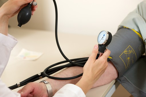 病院 医院 診療所 屋内 室内 診察室 血圧測定 血圧計 血圧 血圧を測る 診察 検査 健康診断 人間ドック 高血圧 低血圧 医者 医師 看護師 看護婦 男性 患者 手元 腕 右腕 カフ 送気球 ゲージ エアホース チューブ