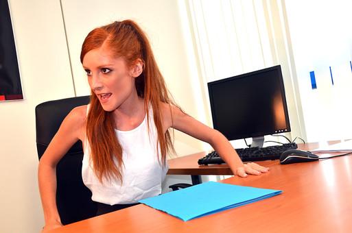 会社 オフィス ビジネス 仕事 職場 屋内 室内 働く  人物 女性  上司 部下 先輩 後輩 白人 インターナショナル 外国人 外人 外人女性 白人女性 グローバル デスク パソコン 主任 権力   mdff126