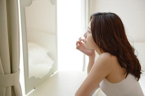 鏡を見る女性1