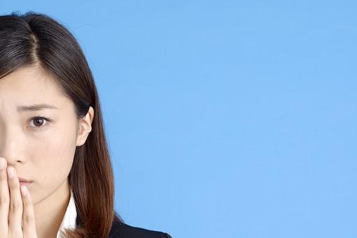 人物 女性 日本人 20代 若者  ビジネス スーツ 黒 紺色 セミロング  OL 社会人 会社員 ビジネスマン 就活  就職活動 真面目 ポーズ 屋内 スタジオ撮影  ブルーバック 顔 正面 半分 見つめる 心配 不安 コピースペース mdjf013