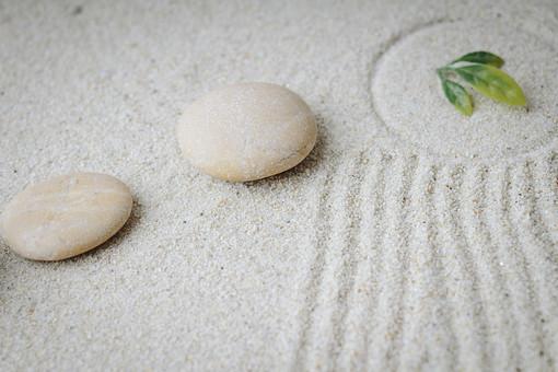 和 和風 禅イメージ 庭 石 枯山水 砂 砂紋 レーキ 日本 日本庭園 日本文化 庭園 わびさび 和寺 石庭 造園 伝統 白砂 風景 イメージ 京都  縁側 風景 緑 植物 線
