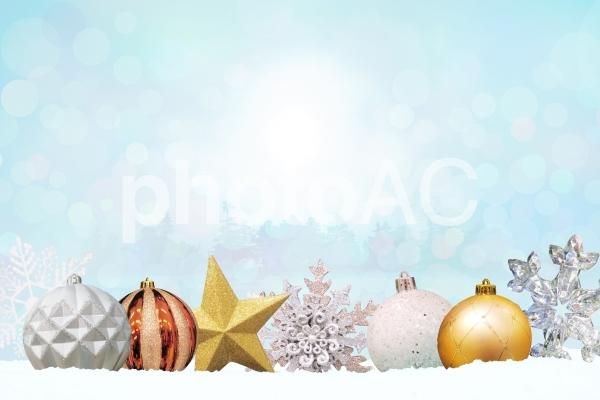 クリスマスオーナメントと雪景色の写真
