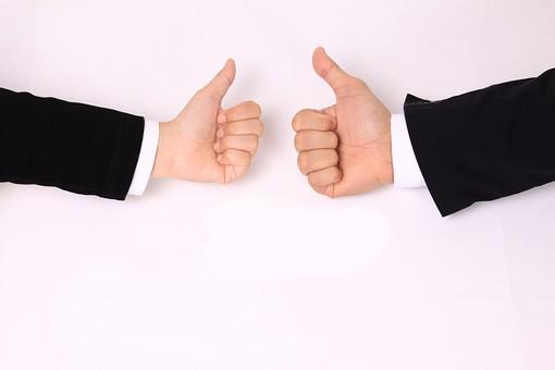 手 ハンド ハンドパーツ ボディパーツ 人物 指 手元 手首 ジェスチャー 身振り 肌 人肌 腕 パーツ 部位 白バック 白背景 コピースペース テキストスペース 両手 両腕 二本 二人 スーツ ビジネス シャツ 仕事 グッド good 成功 サイン 合図