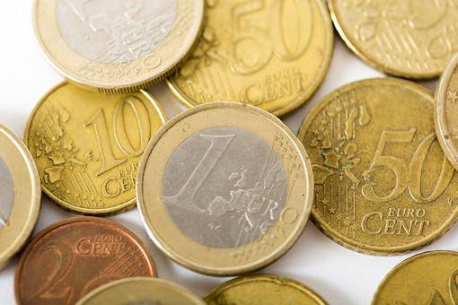 お金 コイン 通貨 貨幣 小銭  つり銭 マネー 外国 外貨 貯金  貯蓄 金融 経済 ビジネス 価値  チップ お釣り ユーロ ヨーロッパ 海外  アップ 白バック 白背景 複数 素材 硬貨 EU 1ユーロ ユーロコイン セント