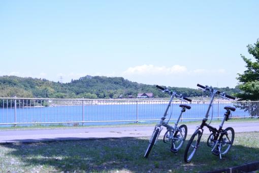 サイクリング サイクリングデート 自転車 デート ダム湖 湖 休憩 日陰 山 青空 晴天 青 夏 折りたたみ自転車 屋外