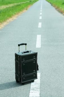 旅行 トランク トランクケース 一人旅 トラベル トリップ 道 一本道 休暇 鞄 かばん 明日 未来 希望 夢