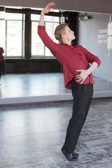 ダンス ダンサー ポーズ 体勢 姿勢 体位 ステップ 踊る 踊り 運動 スポーツ 振り付け 振付 振り 男性 男 外国人 全身 のけぞる 反る 手 片手 腕 片腕 上げる 横顔 背景 鏡 鏡張り ミラー スタジオ ダンススタジオ  mdfm074