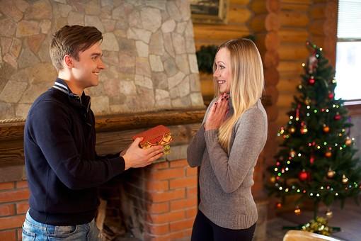 外国人 20代 若い カップル 恋人 彼氏 彼女 男性 女性 男 女 金髪 ロングヘアー 笑う 笑顔 スマイル 上半身 室内 冬 ウィンター  クリスマス 箱 小物 雑貨 持つ 差し出す 渡す 驚く びっくり サプライズ 嬉しい 喜ぶ 手を合わせる 接写 クローズアップ 横顔 見つめあう 見つめる 向かい合う 向き合う 背景 クリスマスツリー プレゼント mdfm038 mdff095