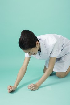 人物 女性 日本人 20代 30代   仕事 職業 医療 病院 看護師  ナース 医者 医師 女医 薬剤師  白衣 看護 屋内 スタジオ撮影 背景  グリーンバック おすすめ ポーズ 座る しゃがむ 落ち込む 失敗 悔しい 残念 がっかり mdjf010