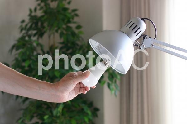 電球を取り替える人の写真