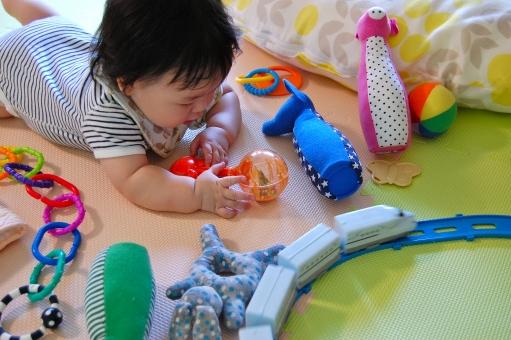 日本人 赤ちゃん 赤ん坊 赤子 ベイビー べビー 子供 子ども こども 乳幼児 乳児 男児 男の子 男子 子育て 育児 おもちゃ オモチャ 玩具 知育 知育玩具 カラフル 色 興味 関心 ぬいぐるみ 人形 ボール 電車 列車 プラレール 車両 電動 遊ぶ 一人遊び
