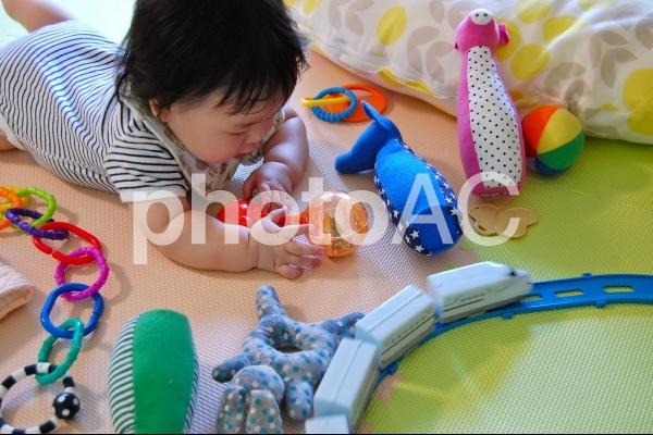おもちゃに囲まれた赤ちゃん 1の写真