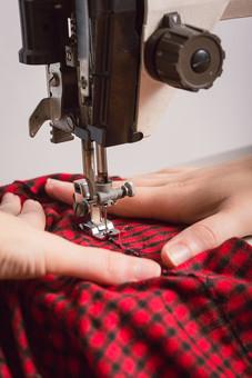ソーイング 縫い物 裁縫 洋裁 手芸  手仕事 裁縫道具 裁縫用品 アップ 素材  趣味 ハンドメイド ホビー 生活 暮らし  小物 手縫い ファッション 縫う 針仕事 ミシン 部分 パーツ 針 機械 布 手 手元 洋服 衣服