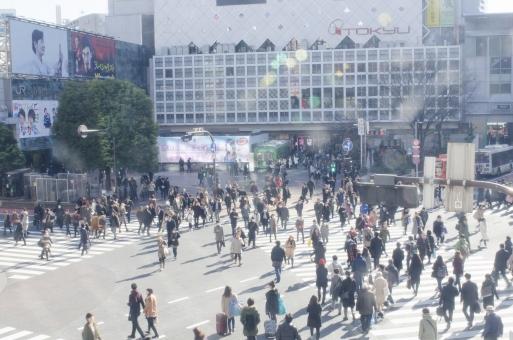 渋谷スクランブル交差点 渋谷 スクランブル 東京 交差点 横断歩道 歩行者 人 人々 混雑 ハチ公 センター街 若者 スタバ スターバックス 道路 都会 観光 デパート JR 広場 町並 街角 風景 晴れ 駅 渡る 人混み 通行人