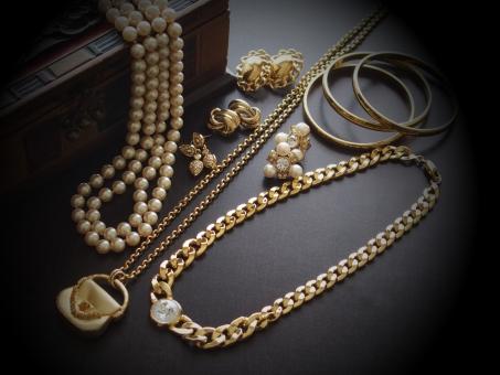 ゴールドのアクセサリー ゴールド 金 金色 ジュエリー ネックレス ペンダント ピアス バングル パール 真珠 ラグジュアリー 装飾品 宝飾品 宝石 ダイヤ