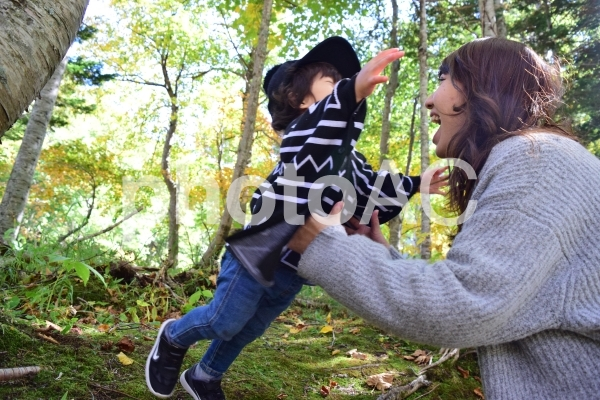 母親に飛びつく子供の写真