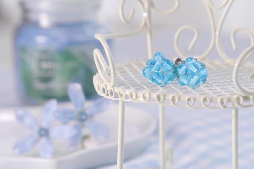 イヤリング ブルー 青 ビーズ 椅子 イス テーブル 花 小さい 春 イメージ アクセサリー 涼しい 爽やか 可愛い かわいい チェック アロマ テーブルフォト 背景 水色 小物 さわやか 涼しげ テーブルフォト 夏 女性 壁紙 雑貨 布 初夏 ファッション エステ 美容
