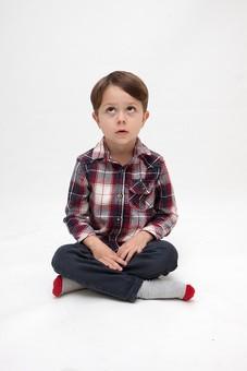 人物 こども 子ども 子供 男の子   少年 幼児 外国人 外人 かわいい   無邪気 あどけない 屋内 スタジオ撮影 白バック   白背景 ポートレート ポーズ キッズモデル 表情  シャツ  カジュアル 全身 正面 座る あぐら 胡座 上を見る 上目遣い mdmk010