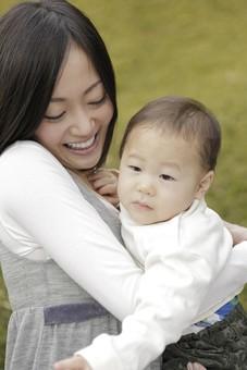親子 母子 親 おや 母 母親 ママ マザー 子ども 子供 子 赤ちゃん 赤ん坊 乳児 幼児 ベイビー 抱っこ だっこ 抱く 絆 笑顔 笑う 女性 女 人物 触れ合い ふれあい バストアップ 上半身 公園 草原 日本人 mdfk008 mdjf016