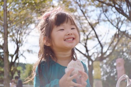 おにぎり 食べる 女の子 子供 こども 子ども 笑顔 女の子 日本人 ピクニック 秋 mdfk023