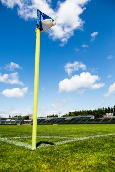 サッカー フットボール 蹴球 グラウンド ピッチ フィールド 芝 緑 フラッグ コーナーフラッグ コーナーエリア CK 競技場 スタジアム ゴールライン タッチライン 青空 晴れ 快晴 爽やか