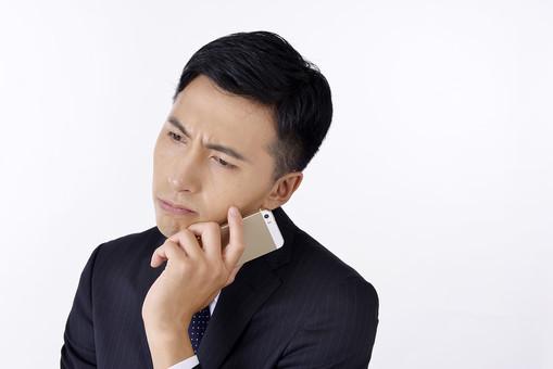 日本人 男性 男 男子 Men スーツ 背広 仕事 Job 働く サラリーマン 就労 労働 勤労 勤務 ビジネス  業務 お仕事 会社 オフィス 事務所 通勤  携帯 ケータイ スマホ Iphone 電話 通話 会話 困る 考える 悩む 屋内 室内 白背景 20代 30代 ビジネスマン mdjm001