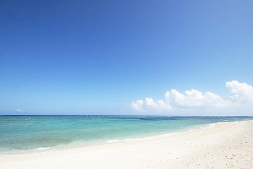 海 水平線    晴れ 晴 空 青空 景色 風景 自然  青 青色  雲 白い雲 水面 海面 砂浜 砂 波打ち際 波 浅瀬 エメラルドグリーン